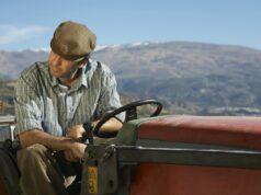 Mand på traktor