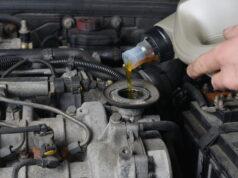 Påfyldning af olie på bil